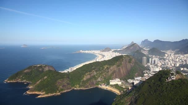 Letecký pohled na rio de janeiro Brazílie pláž copacabana rychlý zoom v