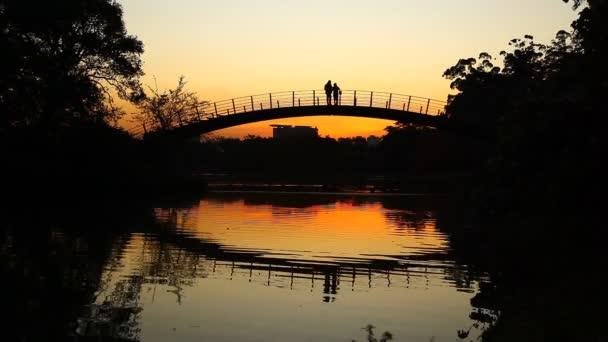 Romantikus naplemente a híd