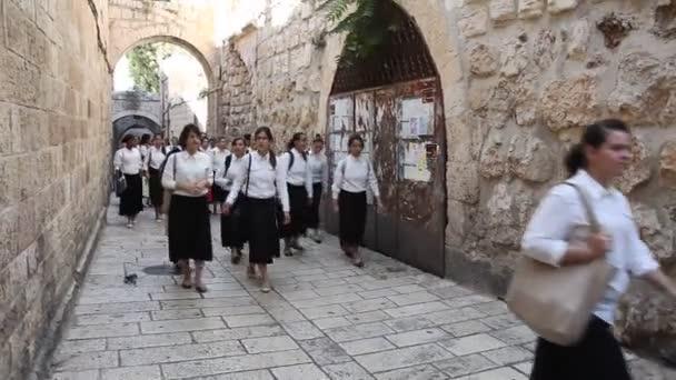 jüdische Schule Mädchen auf ihrem Weg an die westliche Wand
