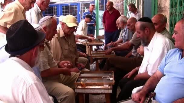 senioři hrát backgammon v Jeruzalémě