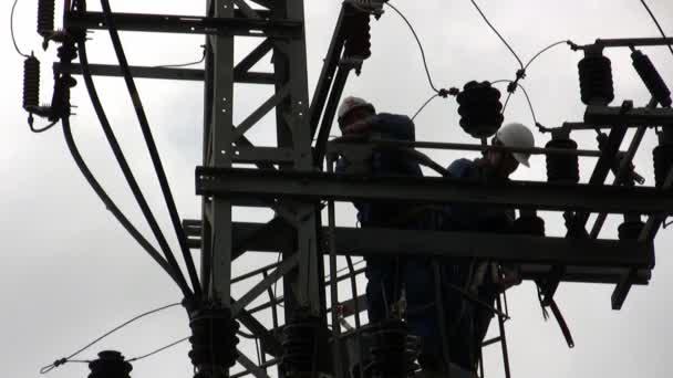 Elektriker der Israel electric co Befestigung Hochspannung ...
