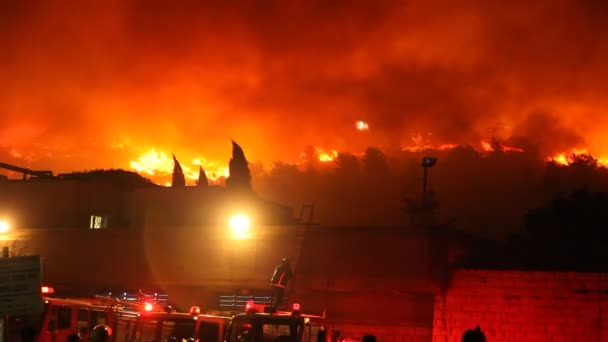 hasiči a tankery proti divoký oheň