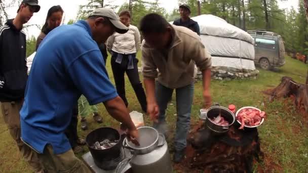 místní obyvatelé vařit kamenné guláš mimo