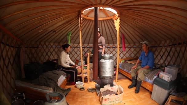 místní obyvatelé vařit kamenné guláš uvnitř jejich pěkně zaoblené chýše