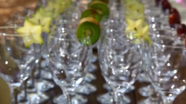 prázdná sklenice s kiwi a karamboly Přesun zaměření