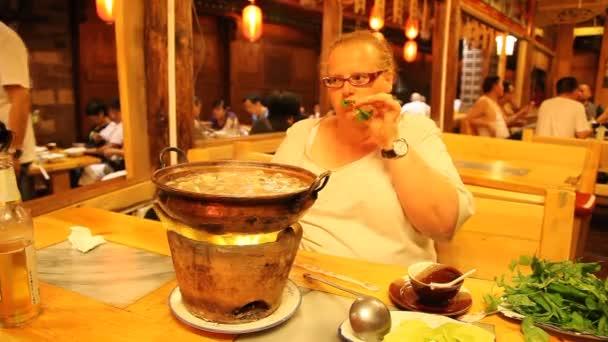 žena jíst hot pot