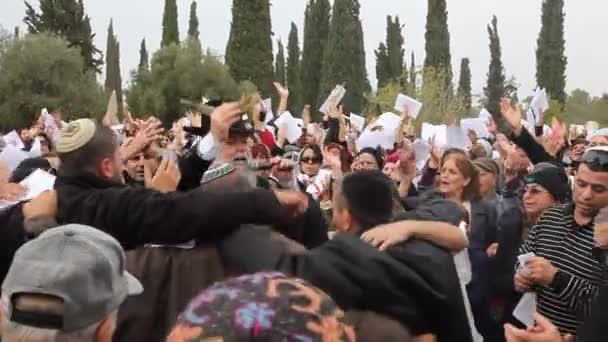 Rabbi Mamo Shalita ösztönzi a mások táncol és énekel vele