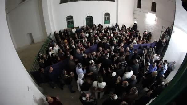 Rabbi Mamo Shalita vezet egy imát beltéri