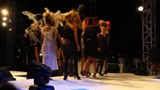 Divatbemutató: design haj stílus