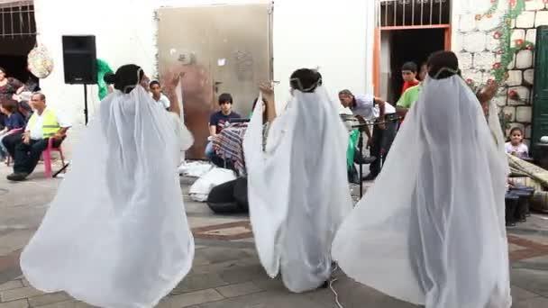 tradizionalmente vestita drusi femmine e giovani maschi danzano DD