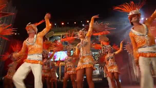 Čas na karneval! Skupina karnevalové kostýmy během Gran Gala festivalu