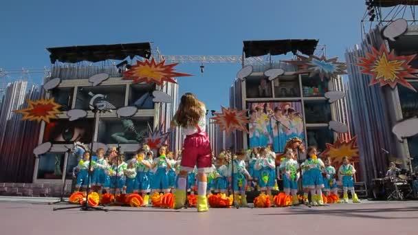 děti s kostýmy zpívat během soutěže murga karneval