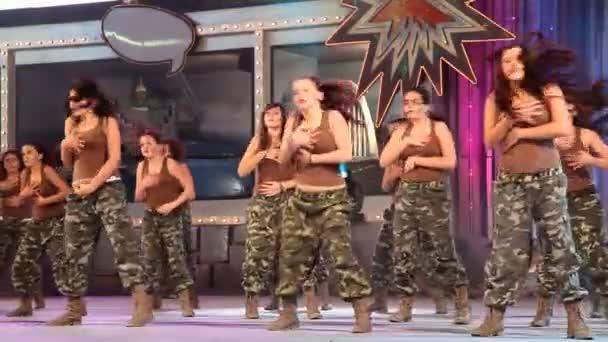 Teen dívky tančit jako vojáci při sociální integraci karneval