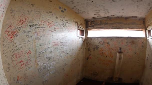 graffiti v opuštěné vojenské podzemní bunkr