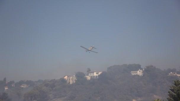 airtanker kapky zpomalovač hoření při lesních požárech v Kirjat tivon, Izrael