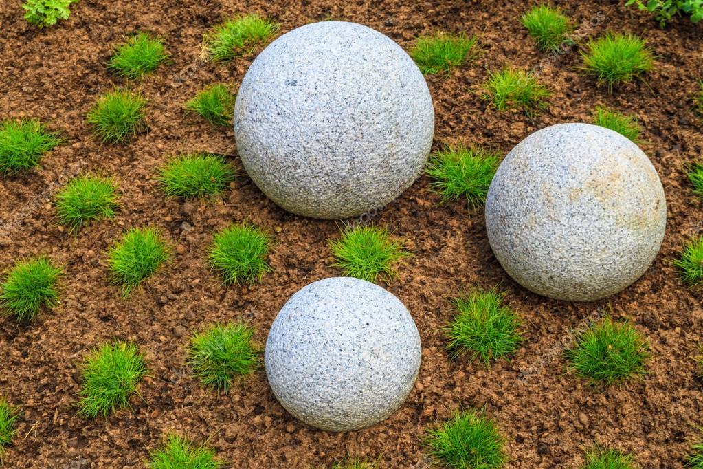 Giardino zen giapponese con massi di pietra di granito - Foto giardino zen ...