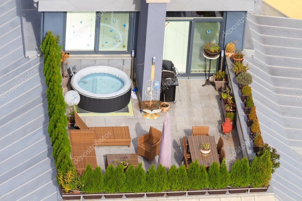 Terrasse Auf Dem Dach Mit Grünen Garten Und Whirlpool-badewanne ... Gemusegarten Auf Dem Dach