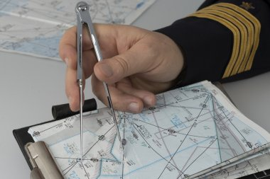 Use of a pair of compasses for navigation