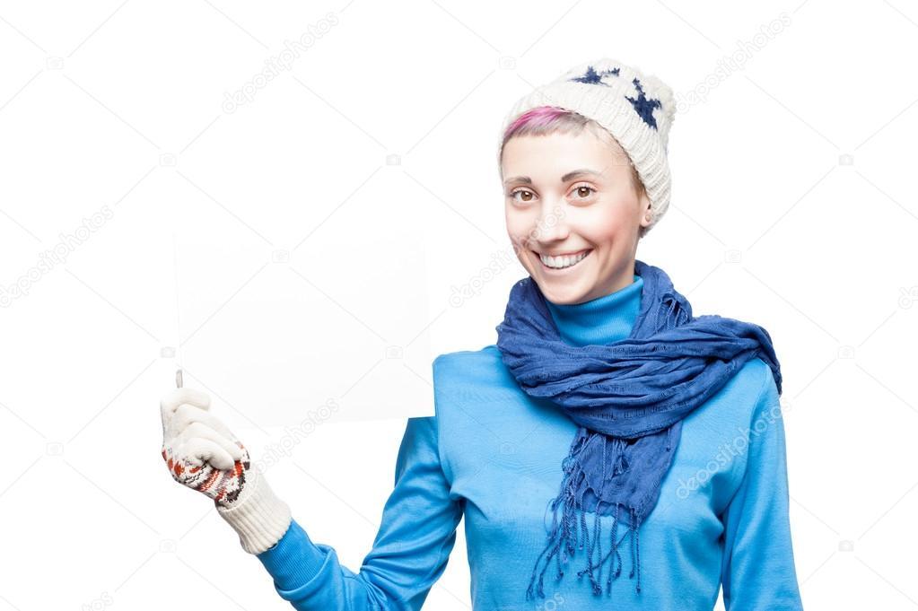 16070d9805bc Ritratto in studio di giovane ragazza caucasica bionda allegra nella quale  azienda di abbigliamento invernale firmare su sfondo bianco — Foto di ...