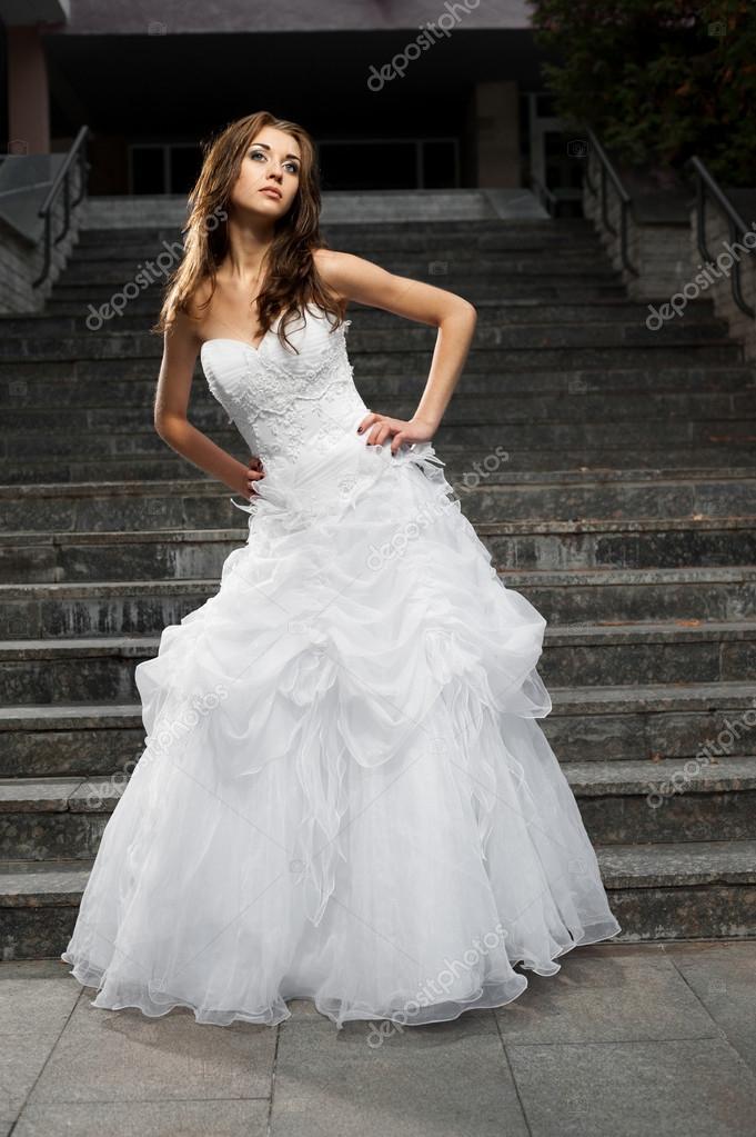Schone Junge Frau Im Hochzeitskleid Stockfoto C Karpenyuk 38989917