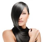 Fotografia bella donna bruna con i capelli lunghi