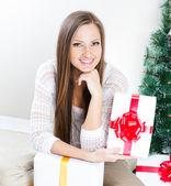 Fotografie žena s vánoční dárky