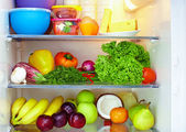lednice plná zdravých potravin. ovoce a zelenina