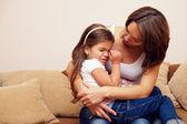 prety matka uklidňující a objímání plačící holčička