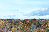 Photo Tons of plastic waste on sky background