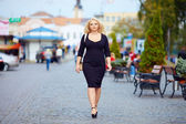 selbstbewusste übergewichtige Frau zu Fuß die Stadtstraße