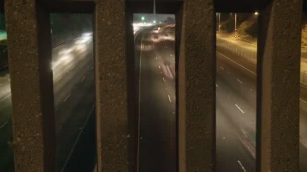 Idő telik el a forgalmas autópályán éjjel