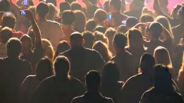 časová prodleva davu na rockový koncert
