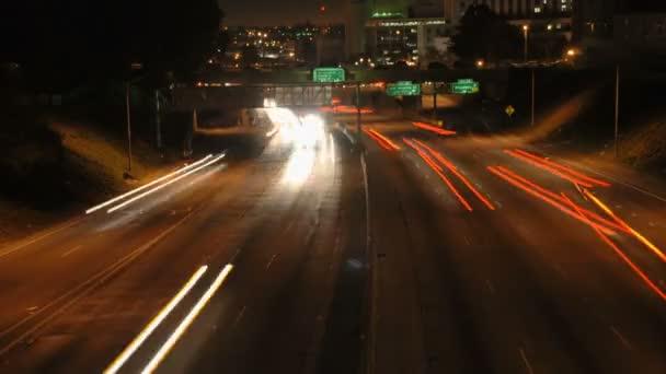 La městský provoz v noci - timelapse