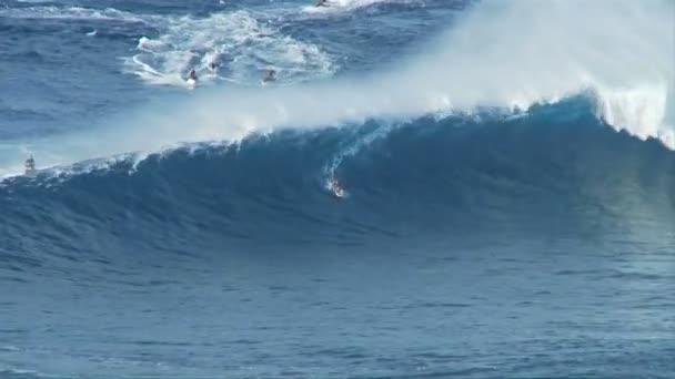 velké vlny surfaři na čelisti, maui Havaj