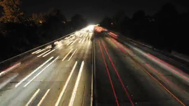 Zeitraffer der vielbefahrenen Autobahn in der Nacht
