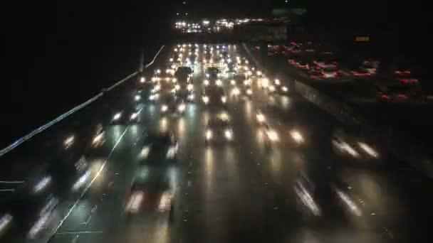 夜のロサンゼルスの交通