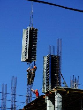 Worker mounter assembling concrete formwork