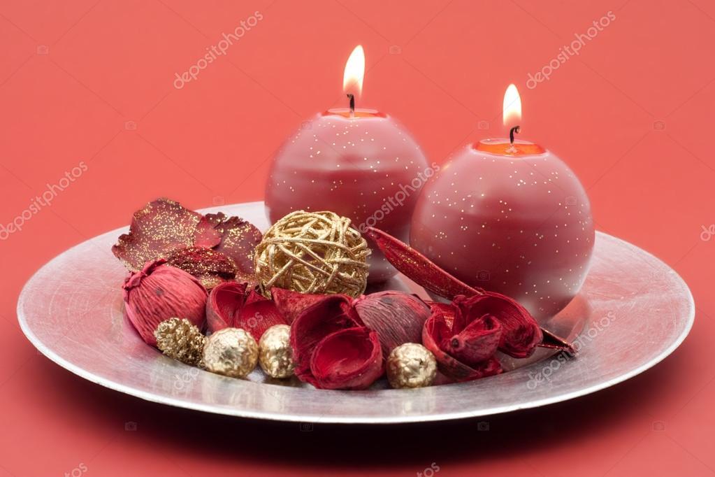 Decorare Candele Di Natale : Piatto tondo d argento con candele rosse e decorazione di natale