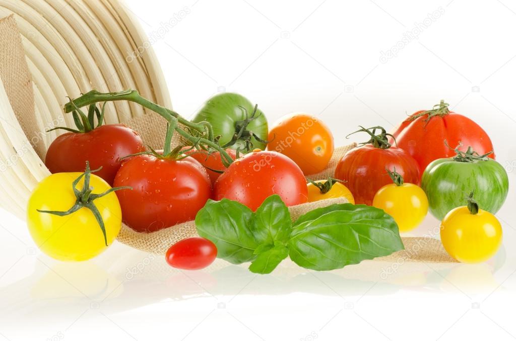 Diversi tipi di pomodori di diversi colori con cesto e - Diversi tipi di trecce ...