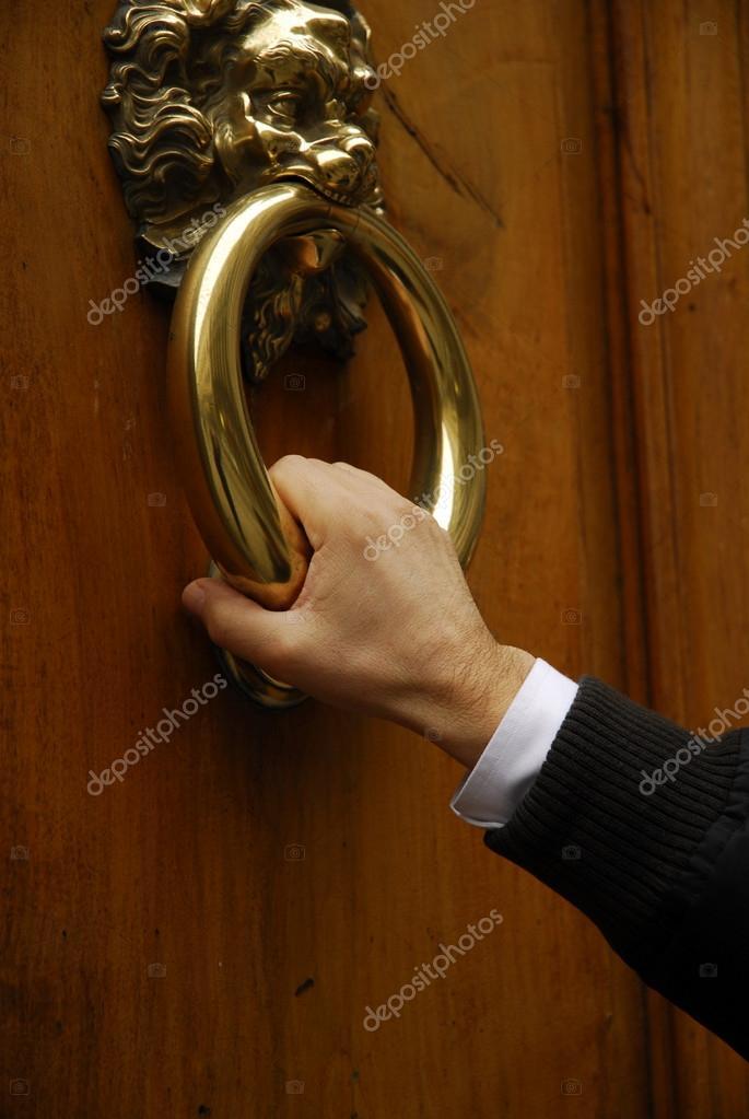 Eine tür  Mann klopft in eine Tür — Stockfoto #13850981