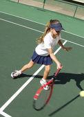 malé dítě hraje tenis