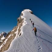 Fotografia scalare una montagna