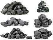 hromadu uhlí izolovaných na bílém