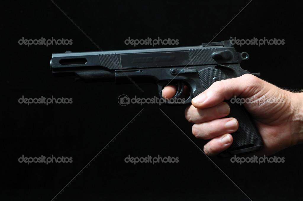Silah Ve Siyah Arka Plan üzerinde Bir El Stok Foto Underworld1