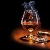 Konyak és szivar, füst, sötét háttér