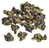 Zelený čaj oolong koule izolované na bílém
