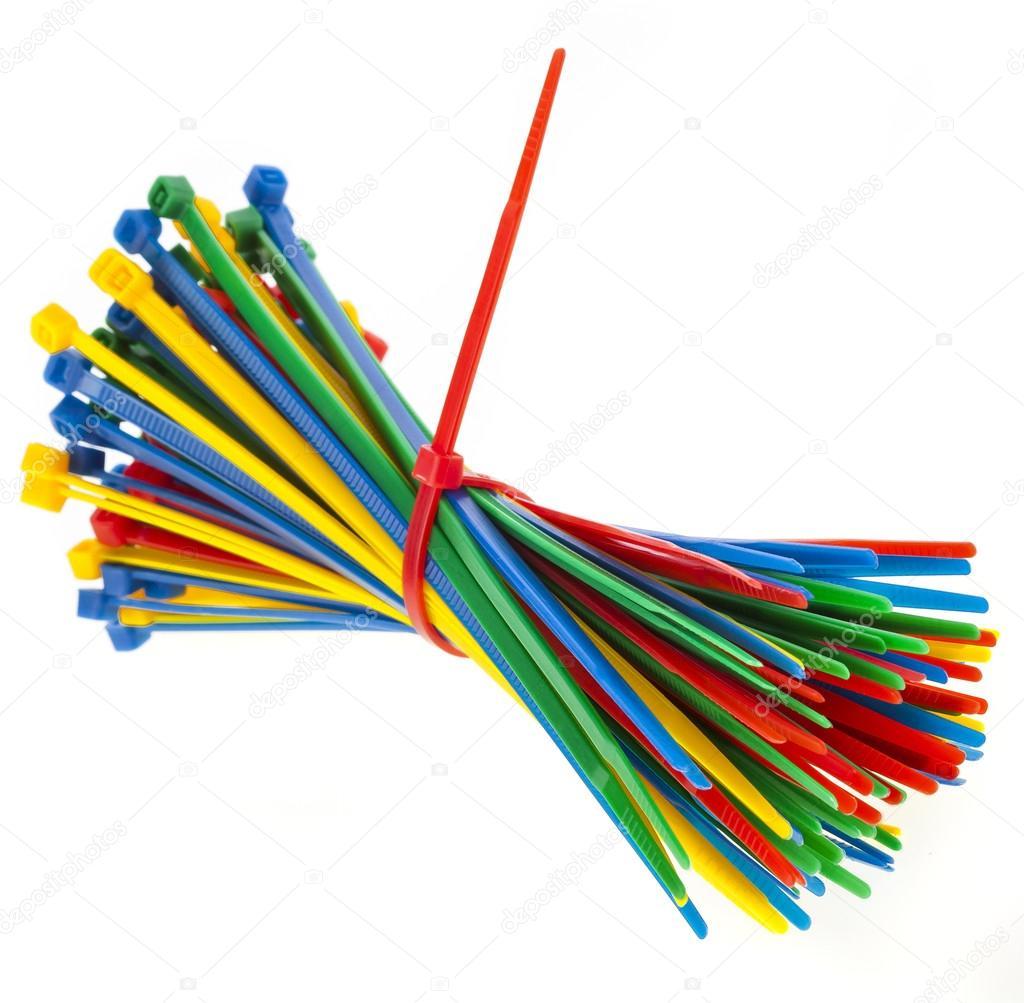 Bunte Kabel bunte kabel kabelbinder vor weißen hintergrund isoliert stockfoto