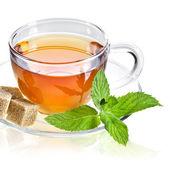 skla šálek čaje s lístkem máty, izolovaných na bílém pozadí