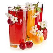 Beeren und Fruchtsäfte, isoliert auf weiß
