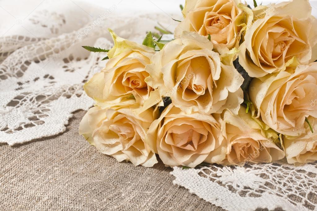carte de mariage avec bouquet de roses cr me sur texture de toile de jute avec r tro au crochet. Black Bedroom Furniture Sets. Home Design Ideas